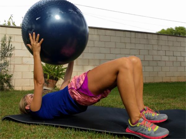 Puente sobre hombros con el balón fitball