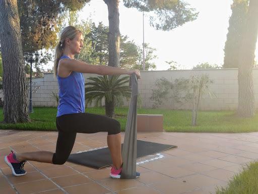 Ejercicio flexión de piernas con resistencia