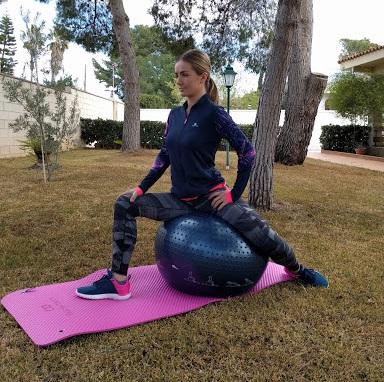 mujer haciendo ejercicios de suelo pelvico